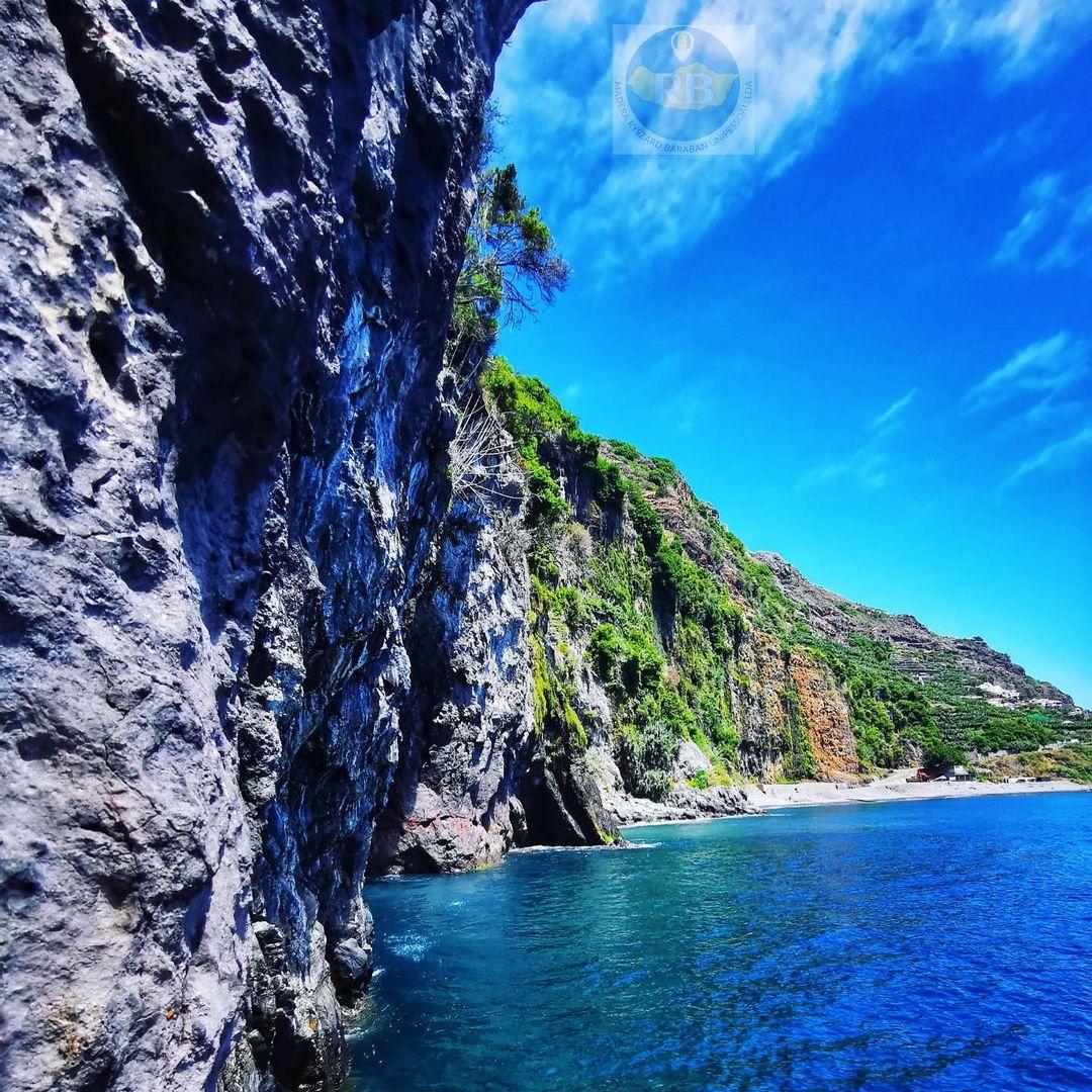 Wybrzeże w Madalena do Mar na Maderze. Wyspa słynie z klifów i pięknej przyrody oraz lazurowego Oceanu.
