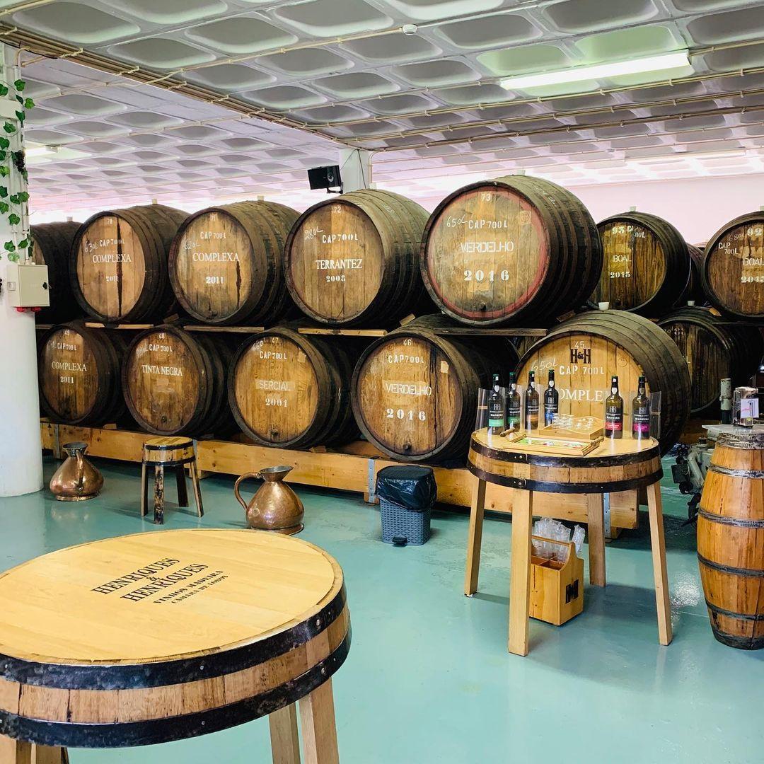 Winiarnia Henriques & Henriques, posiada  dwie winnice: jedna z nich znajduje się w Câmara de Lobos, oferuje degustacje win, a druga produkcji wina, w Quinta Grande, pozwala również na zwiedzanie obiektów i winnic. Historia firmy Henriques & Henriques sięga roku 1850, kiedy to firma została założona przez João Gonçalvesa Henriquesa, potomka rodziny, która osiedliła się w Câmara de Lobos wiele lat temu. Po jego śmierci w 1912 roku, jego synowie, João Joaquim i Francisco Eduardo Henriques, założyli spółkę, od której pochodzi nazwa