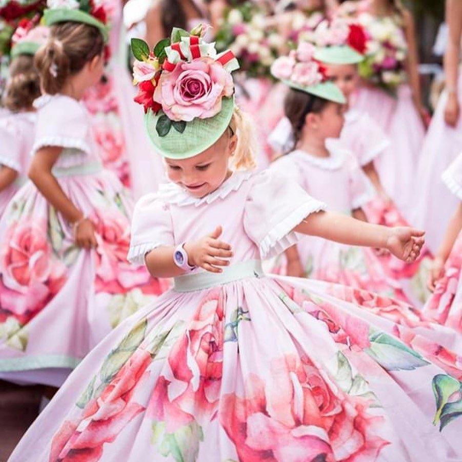 Festa da Flor 2020 Na Maderze aktualnie odbywa się święto kwiatów. Na każdym kroku można spotkać dzieci i kobiety ubrane w piękne kwiatowe suknie , które bawią przybyłych gości i turystów.Oczywiście wszystko z zachowaniem środków ostrożności tak aby każdy mógł cieszyć się tymi wspaniałymi występami i tańcami.Zapraszamy na wyjątkowe momenty☀️💃☀️