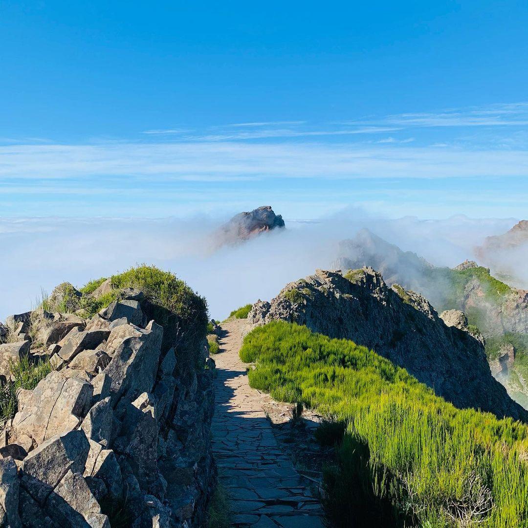 Treking z Pico do Arieiro 1810 m. do Pico Ruivo 1862 m.Trasa zachodnia 6,1 km lub trasa wschodnia 7,0 km. Przy piÄ™knej pogodzie dech zapiera w piersiach. Momentami treking w chmurach , momentami ponad chmurami.