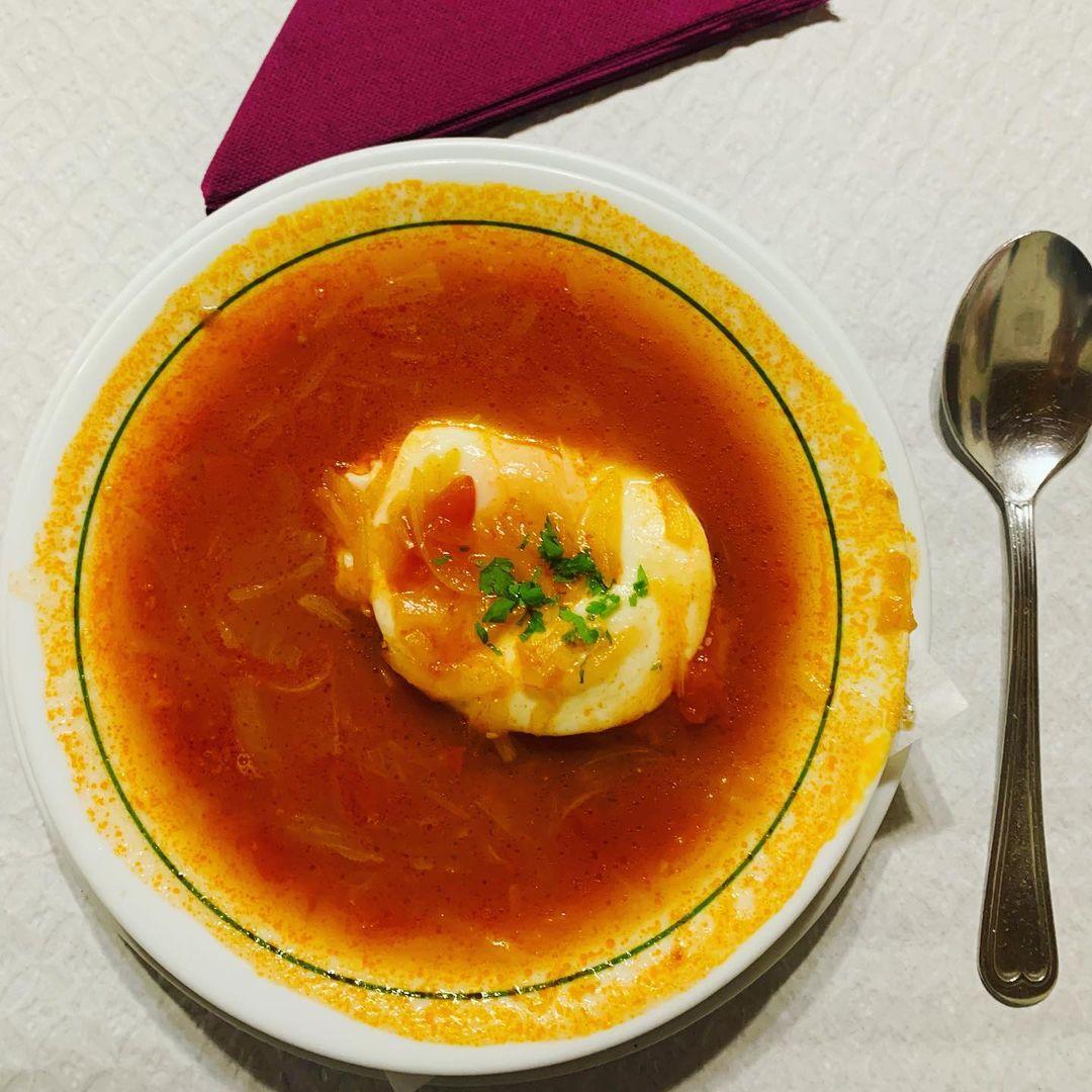 Tradycyjna maderyjska pomidorowa zupa z cebulą i jajkiem. Mniam😋Smacznego😋Bom apetite 😋