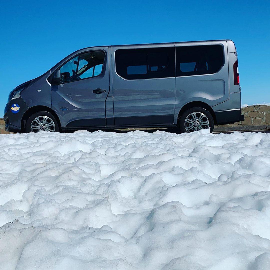 Śnieg na Pico do Arieiro na Maderze.  Pułap chmur na 1500m a ponad chmurami piękne słońce i resztki śniegu.
